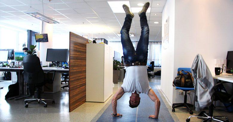Immer sportlich und immer für einen Spaß zu haben: Runtastic-CEO Florian Gschwandtner macht Handstand im Office im oberösterreichischen Pasching. © Jakob Steinschaden