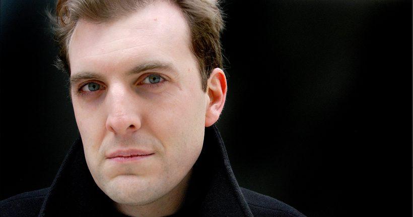 Tom Standage, mit Hochstellkragen im Londoner Sherlock-Holmes-Look. © Tom Standage
