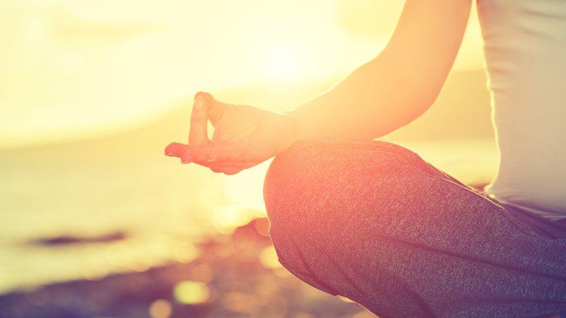 Diese Handhaltung beim Meditieren heißt übrigens Gyan Mudra. © Fotolia/JenkoAtaman