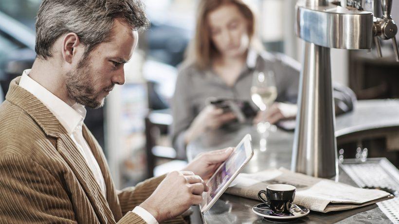 Eher die Ausnahme: Österreicher, die ihre Zeitung digital lesen. © jackfrog/Fotolia
