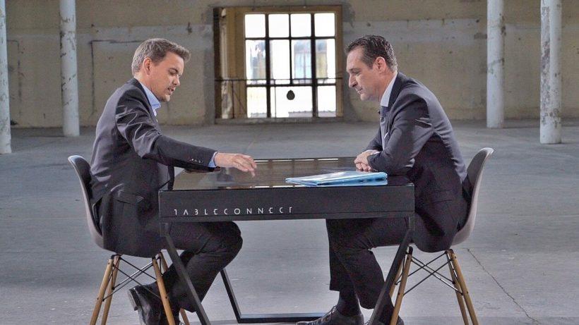 Keine Berührungsängste, zumindest an diesem Tisch: Martin Thür und HC Strache. © ATV