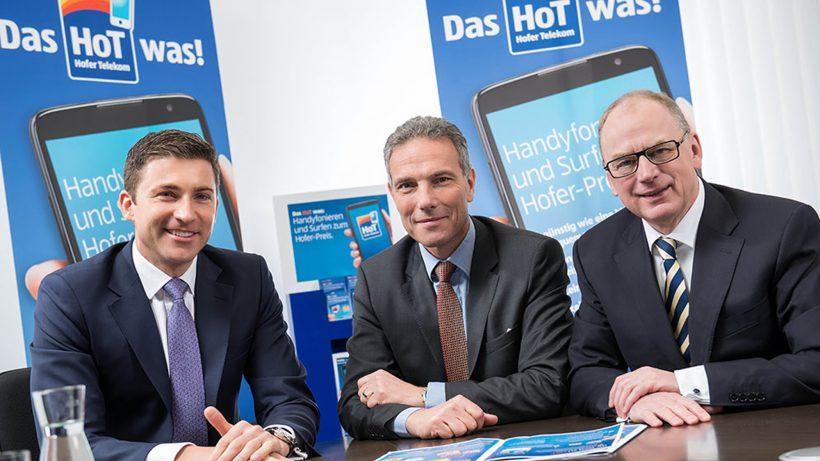 Michael Krammer (Mitte) mit den beiden Hofer-Generaldirektoren Günther Helm und Friedhelm Dold. © Hofer