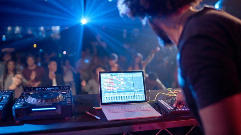 Werden DJs künftig auf ihr MacBook verzichten und am Surface Book auflegen? © Microsoft