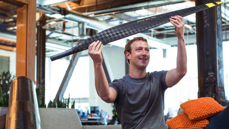 Daily life: Mark Zuckerberg begutachtet den Propeller einer Drohne. © Facebook