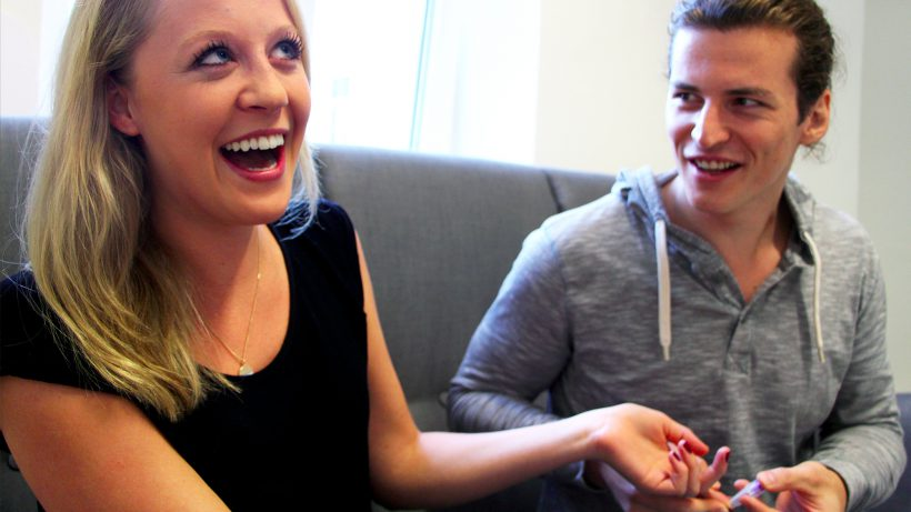 kiwenos Technik-Chef Georg Molzer piekst Geschäftsführerin Bianca Gfrei für eine Blutprobe. © Jakob Steinschaden