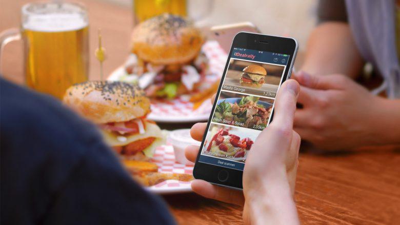 Burger essen und dabei aufs Smartphone starren. © Dealrally