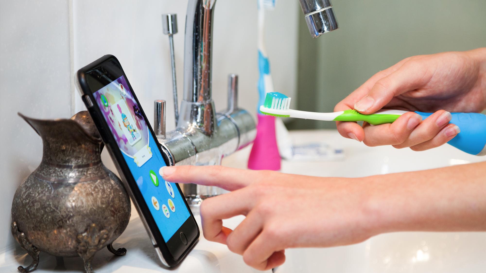 Hoffentlich rutscht das Smartphone nicht ins Waschbecken. © Playbrush