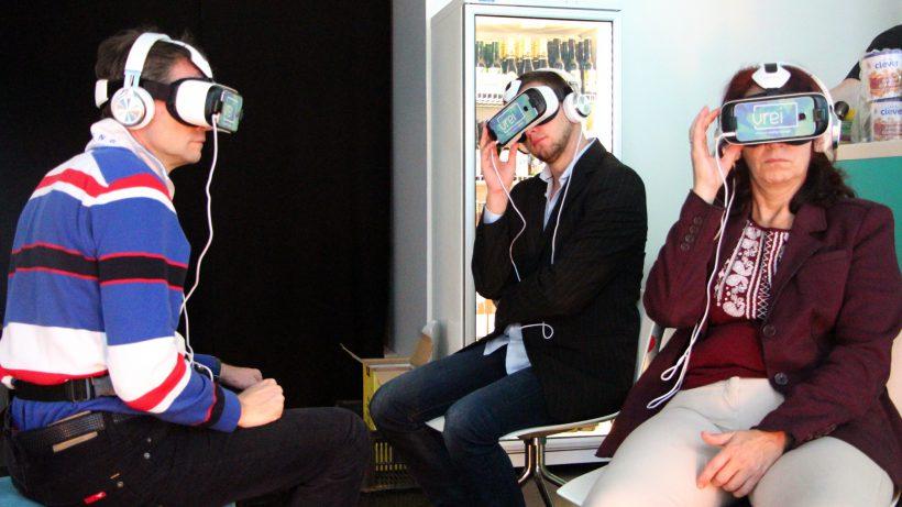 Gäste des Wiener Lokals vrei probiren erstmals Virtual Reality aus. © Jakob Steinschaden