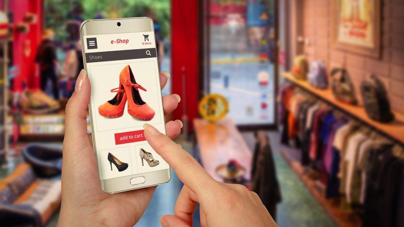 In Shops versteckte Blutooth-Funksender schicken Angebote aufs Smartphone. © Fotolia/vladimirs