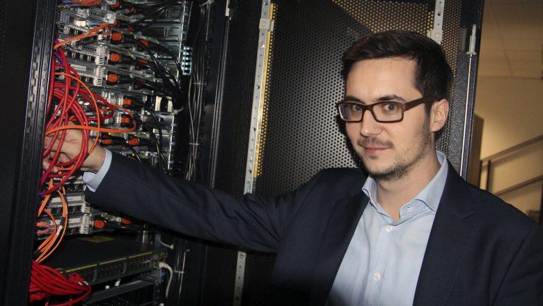 Anexia-CEO Alexander Windbichler am Großrechner. © Jakob Steinschaden