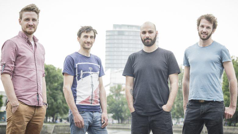 FragNebenan-Gründer Theißbacher mit seinem Team. © Helena Wimmer
