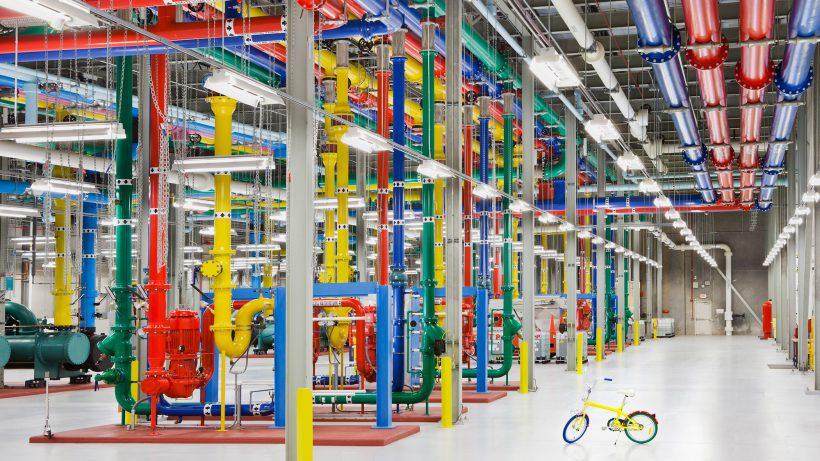 Viele bunte Röhren und ein Fahrrad: Alltag in einem Rechenzentrum von Google. © Google