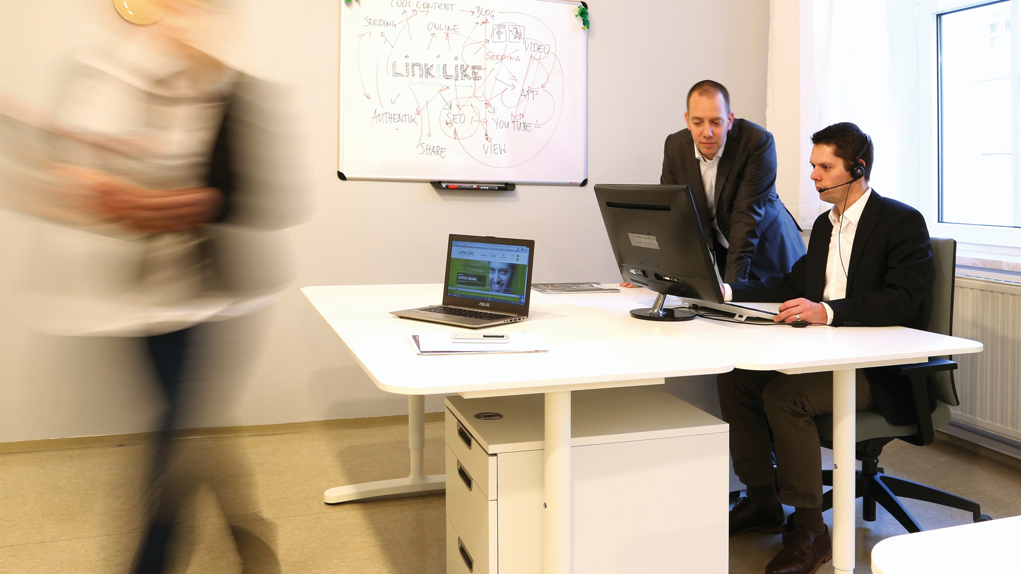 Gründer Alexander Pühringer und sein SEO-Manager Stefan Riepl am Werken. © LinkILike