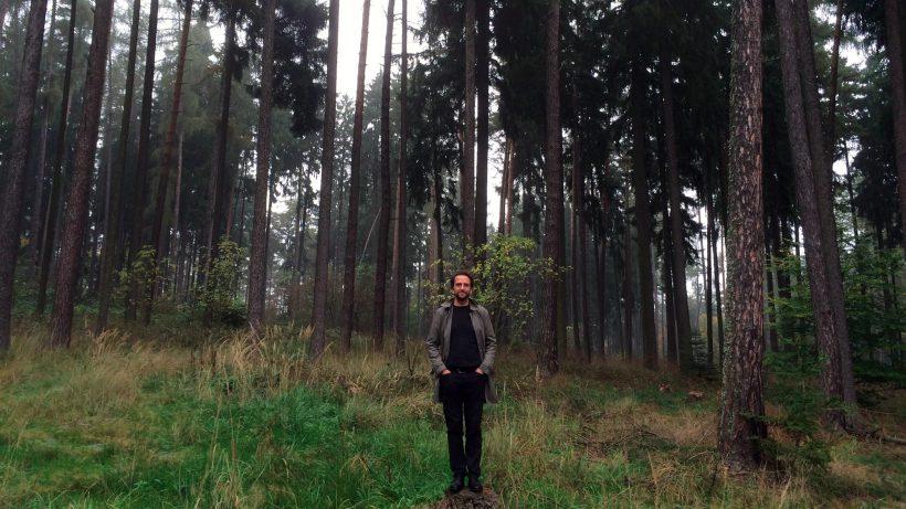 Treeday-Gründer Andras Miedaner unter Bäumen. © A. Miedaner