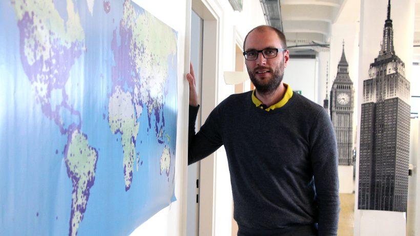 Ulmon-Gründer Tymon Wiedemair und die Welt. © Jakob Steinschaden