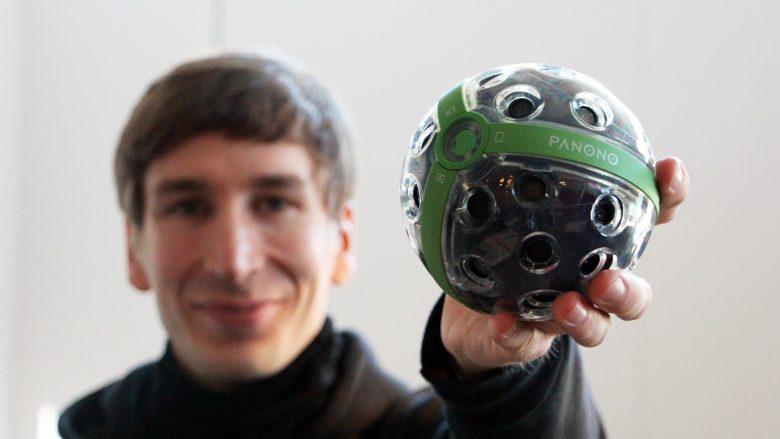 Jonas Pfeil mit Ballkamera, fotografiert mit normaler Kamera. © Jakob Steinschaden