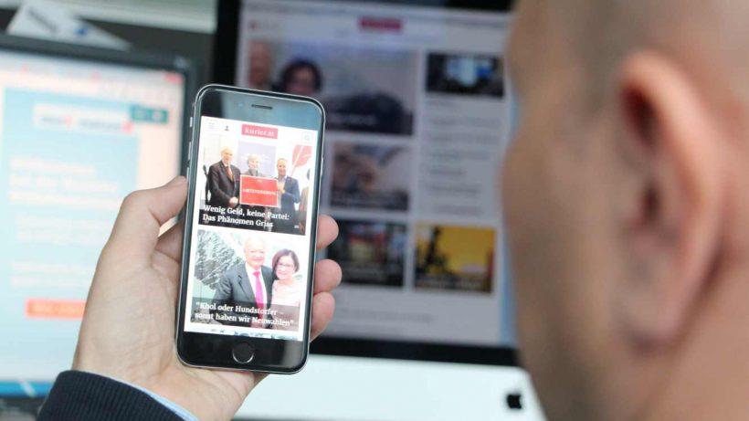 Stefan Kaltenbrunner, Chefredakteur von kurier.at, begutachtet das neue Design am Smartphone. © Jakob Steinschaden