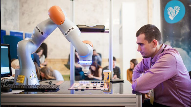 "Roboter Kuka spielt ""Go"" gegen interessierte Besucher. © Pioneers.io"
