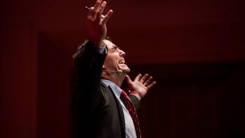 Investorenlegende Tim Draper mit großen Gesten. © Pioneers.io