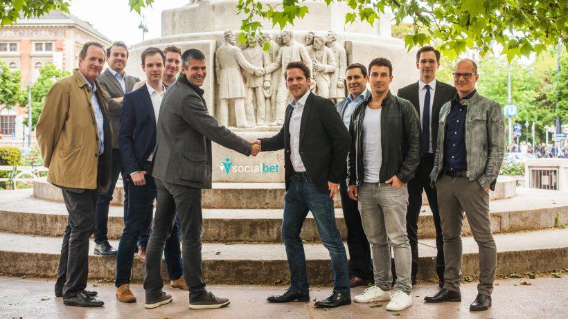 Das Team von thesocialbet (rechts) und die Investoren (links). © thesocialbet