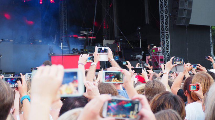 Keine guten Freunde: Künstler und Fans, die ihre Musik auf YouTube hochladen. © Fotolia/upschuette