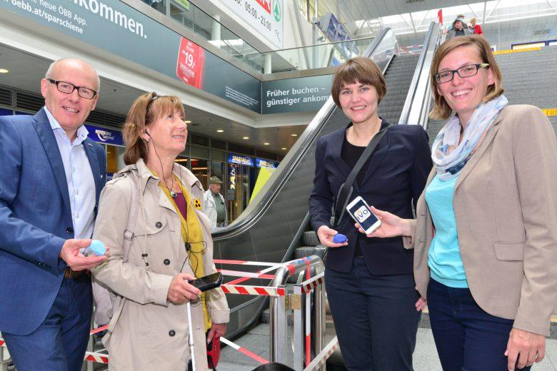 Christel Schmidt (dritte von links) und Verena Mitterlehner (rechts).
