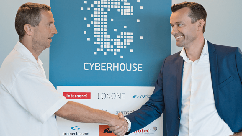 Andreas Stöckl von Cyberhouse und Gerhard Kürner von Lunik2 beim finalen Handschlag. © Lunik2
