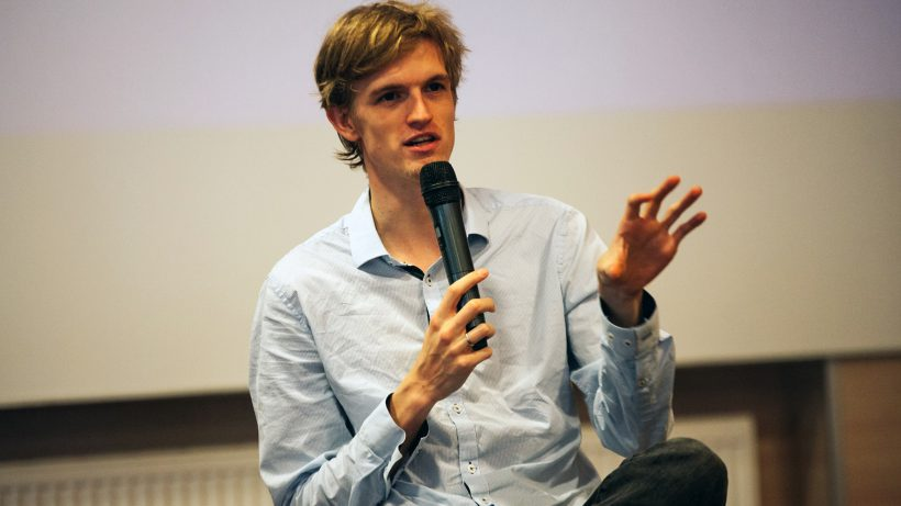 Armin Ronacher beim Diskutieren. © A. Ronacher