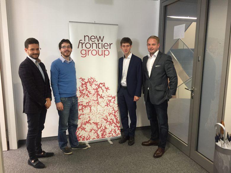 Gregor Bierent (rechts), Director New Frontier Group, gratuliert dem predictR-Team – hier im Bild Maximilian Bernkopf, Martin Prebio, Jakob Etzel (v.l.n.r.).