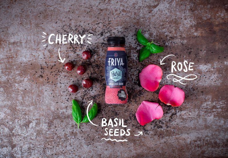 Die Zutaten von Friya Basil liegen auf dem Tisch: Basilikumsamen, Rosenblüten und Kirschen.
