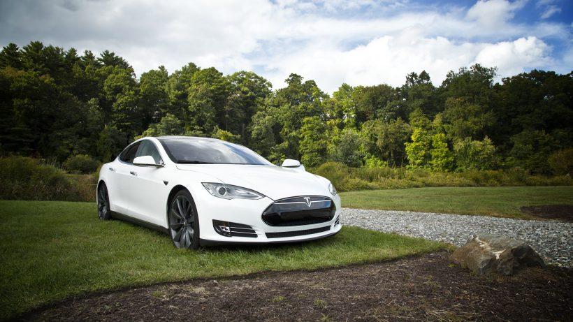 Es muss ja nicht gleich ein Tesla Modell S sein, aber beim Kauf eines Elektroautos gibt es deutliche steuerliche Begünstigungen © Pixabay / Unsplash