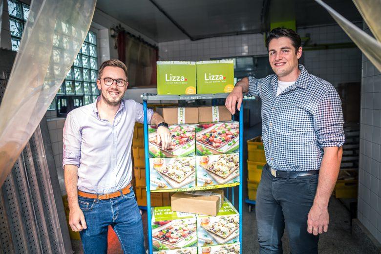 Marc Schlegel (li) und Matthias Kramer mit ihrer Superfood-Pizza aus Leinsamen.