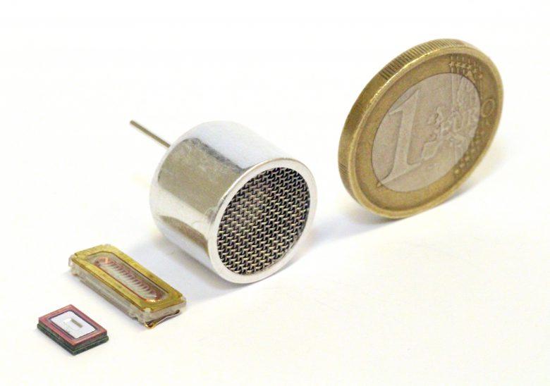 Ganz schön klein: Der Mikrolautsprecher von USound - ganz links - im Größenvergleich mit herkömmlichen Lautsprechern in der Mitte. @ usound