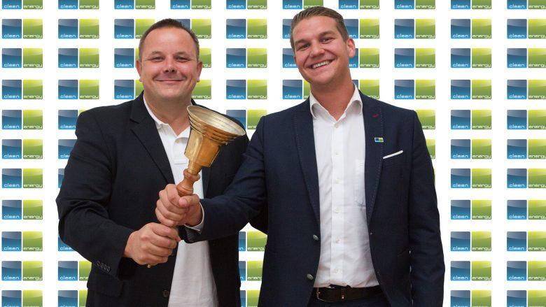 Die Green-Energy-Gründer Erwin Stricker und Lukas Scherzenlehner lassen die Glocke läuten. © Martina Draper/openingbell.eu
