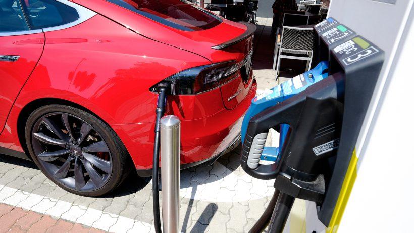 Ja, auch Teslas können geladen werden. © Smatrics