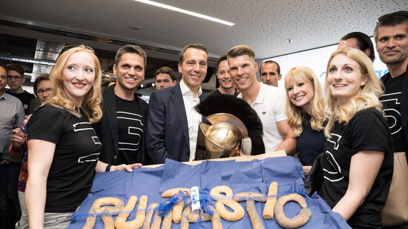 Bundeskanzler Kern mit Runtastic-CEO Florian Gschwandtner und startup300-Vertretern. © Runtastic
