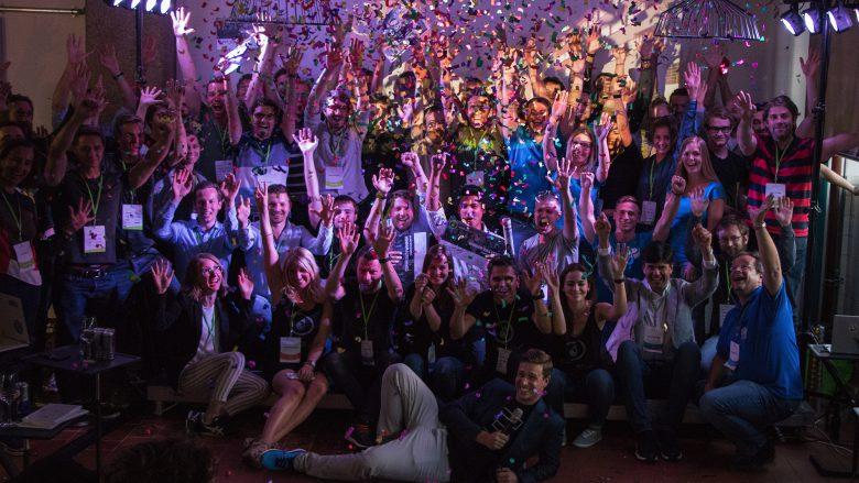 Die Startup Live-Teilnehmer im Konfettiregen. © Startup Live