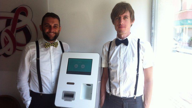 Coinfinity-Gründer Max Tertinegg (r.) mit dem ersten Bitcoin-Automaten Österreichs. © Confinity