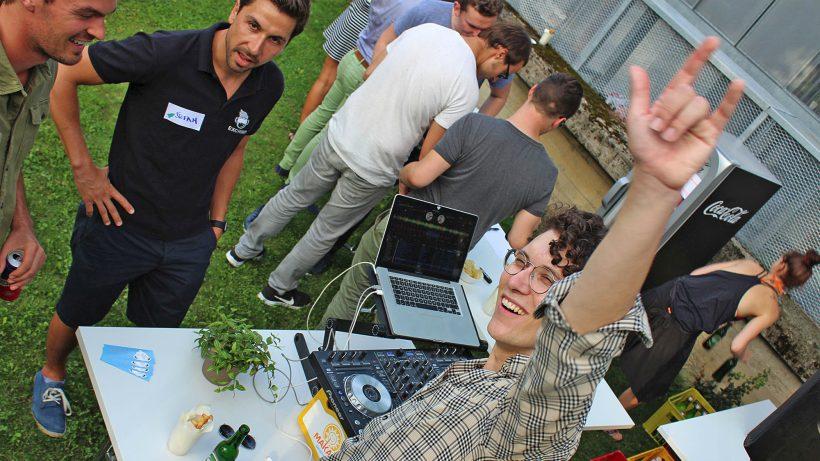 SunnyBag-Gründer Stefan Ponsold, vielleicht mit Liederwunsch beim DJ. © Ideentriebwerk Graz