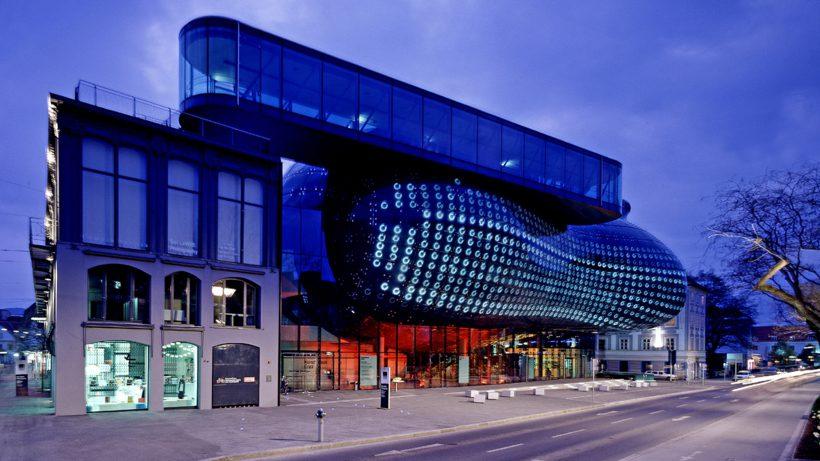 Das Kunsthaus Graz und seine BIX-Fassade. © Universalmuseum Joanneum, Eduardo Martinez