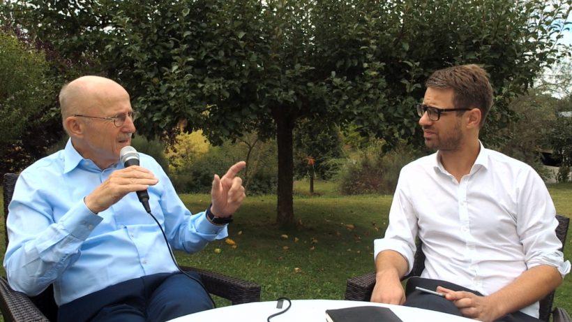 Willi Lemke im Gespräch mit Bastian Kellhofer von Trending Topics. © Trending Topics