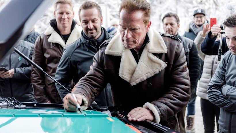 Arnold Schwarzenegger mit dem Kreisel-Team. © Kreisel Electric