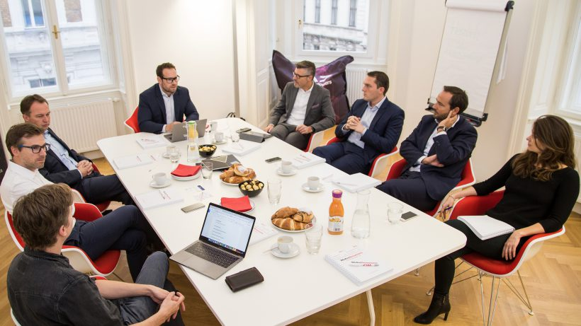 Diskussionsrunde im Wiener Büro von WeAreDevelopers. © Gerhard Zeiner, Chief Operating Officer SAP Österreich. © Tamás Künsztler