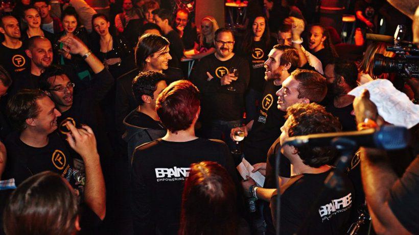 Braintribe-Mitarbeiter beim Feiern. © Braintribe
