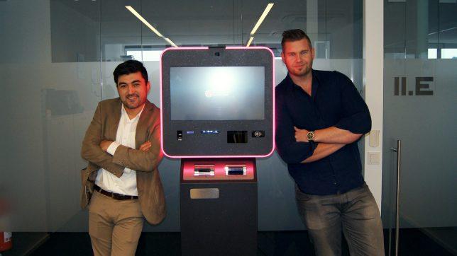 Andreas Eckhart und Amar Sayyed mit dem neuen ATM. © bitiago