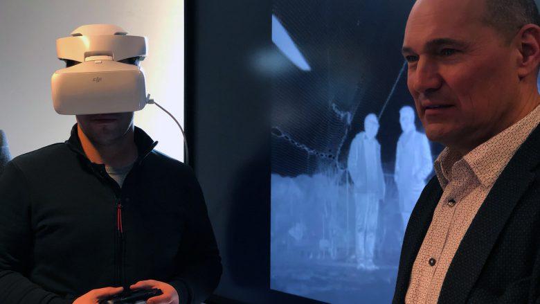 Drohnenpilot mit VR-Brille und T-Mobile Austria CTO Rüdiger Köster. © Trending Topics