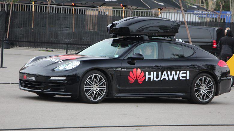 Ein Porsche Panamera mit einem Huawei-Smartphone (quasi) am Steuer. © Jakob Steinschaden