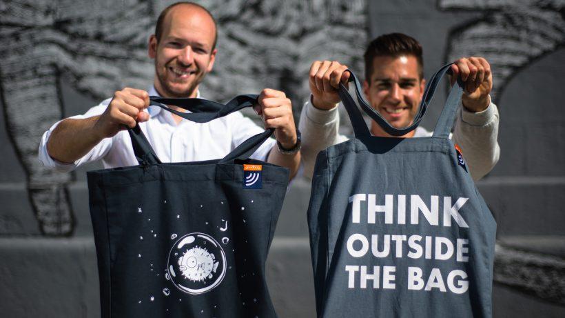 Die goodbag-Gründer Christoph Hantschk und Philipp Wasshuber mit der NFC-Tasche. © goodbag.io