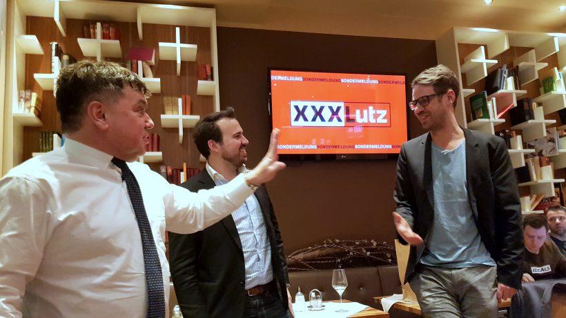 """Heinrich Prokop, Markus Kainz und Bastian Kellhofer beim """"2 Minuten 2 Millionen""""-Viewing. © Trending Topics"""