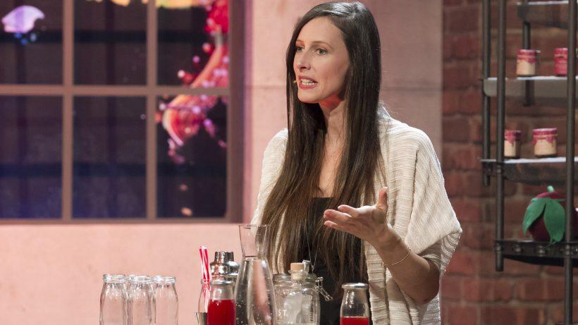 """Cornelia Diesenreiter präsentiert einen Unverschwendet-Sirup bei """"2 Minuten 2 Millionen"""". © Ferry Frank"""